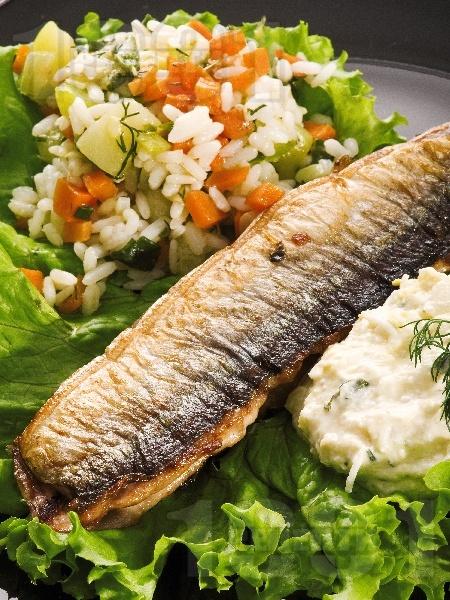 Риба зарган на тиган с гарнитура от варен ориз и задушени тиквички с майонеза - снимка на рецептата
